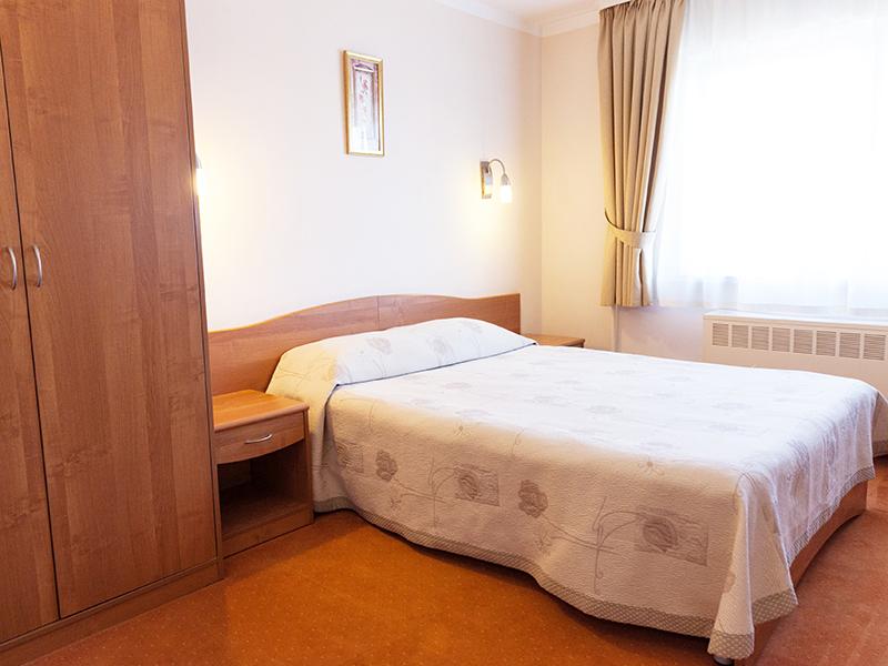Вместительный улучшенный номер в гостинице Максима Славия